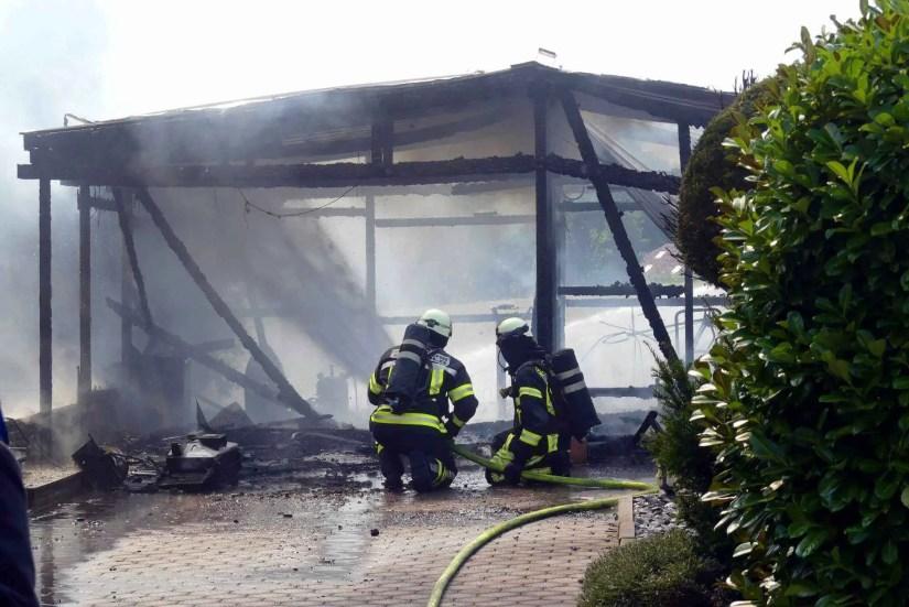 Brand in Carport entwickelt sich zu Großeinsatz - zwei Verletzte