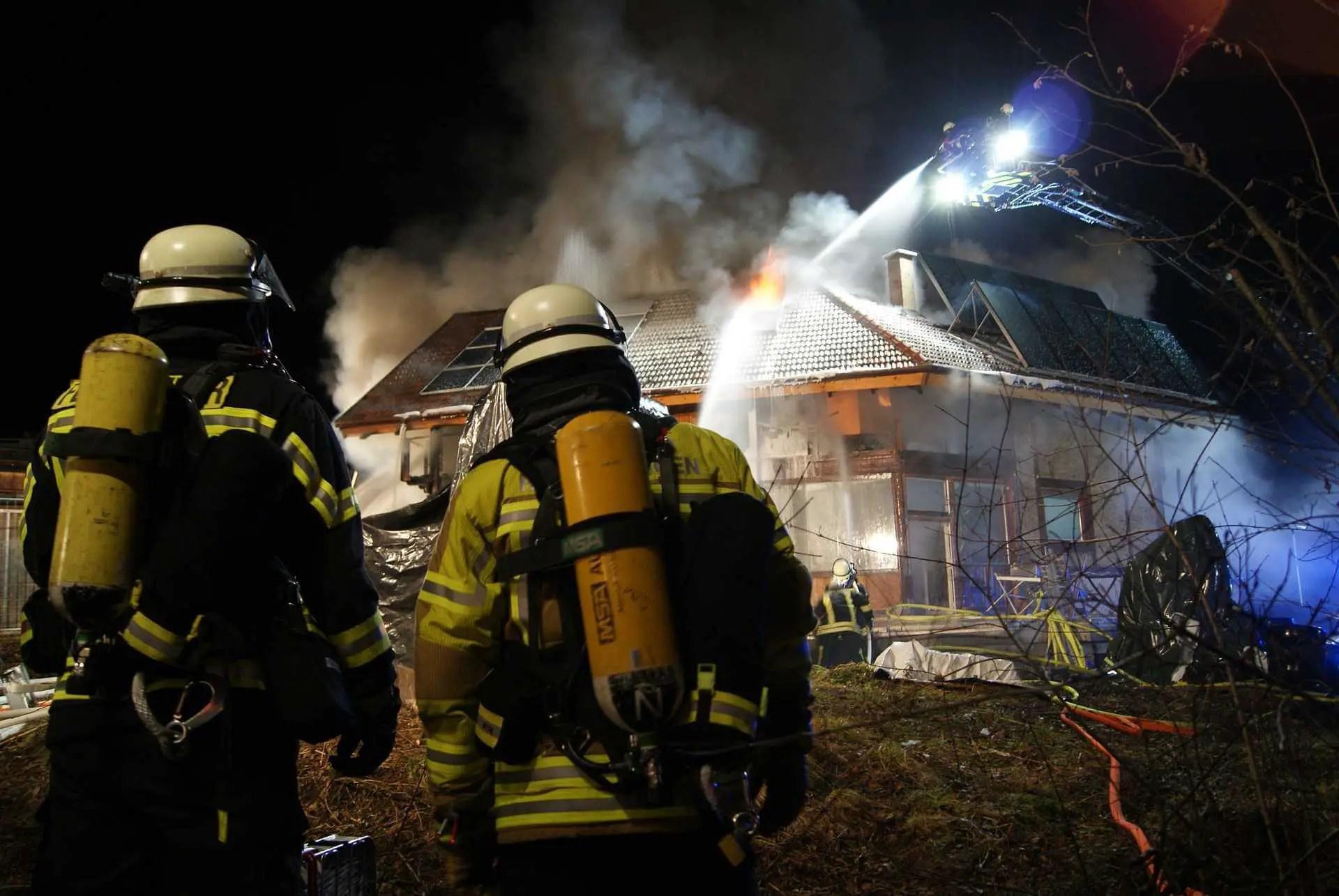 Feuerwehr bei einem Gebäudebrand