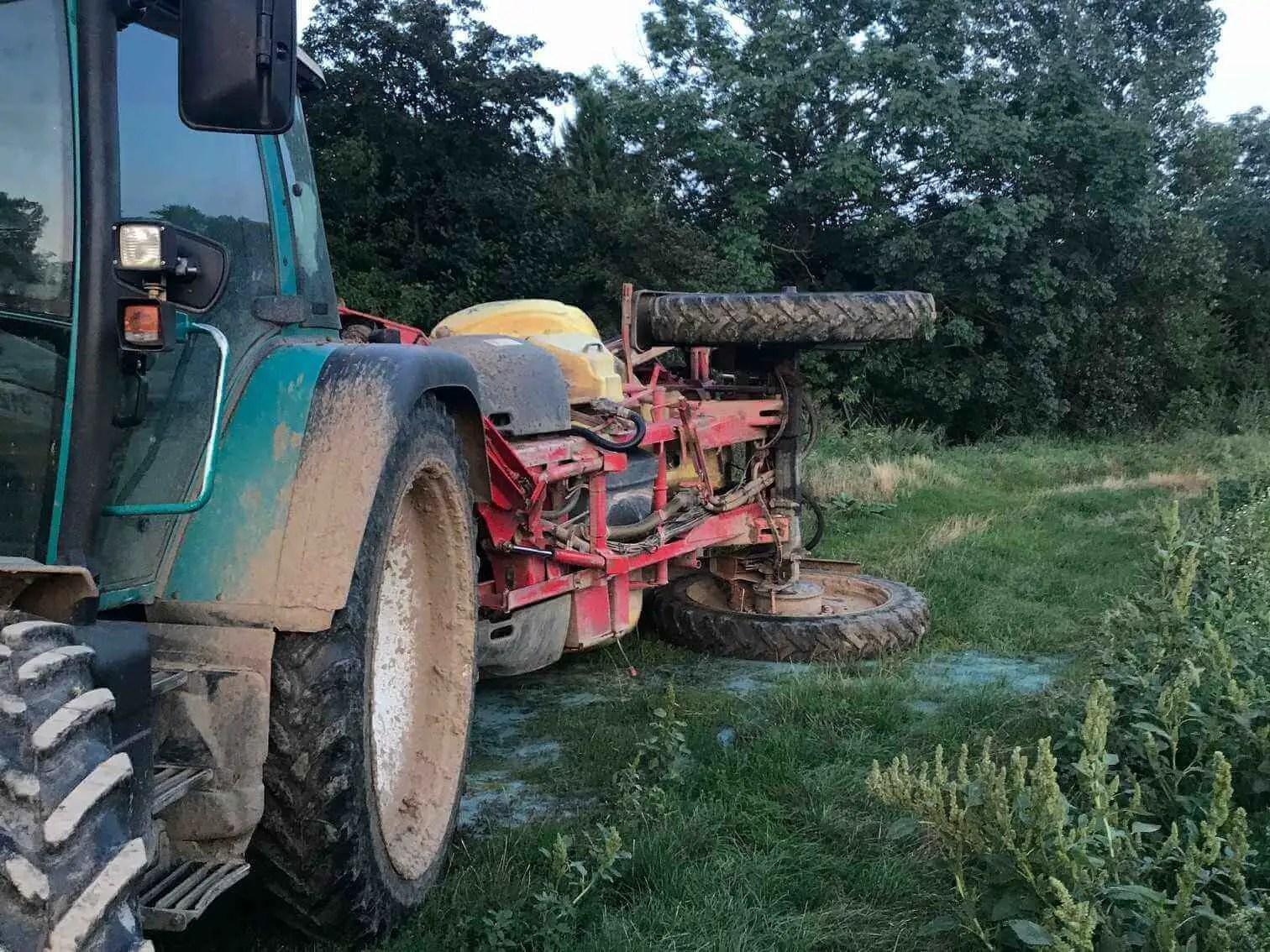 Landwirtschaftlicher Spritzanhänger gekippt: auslaufendes Pflanzenschutzmittel