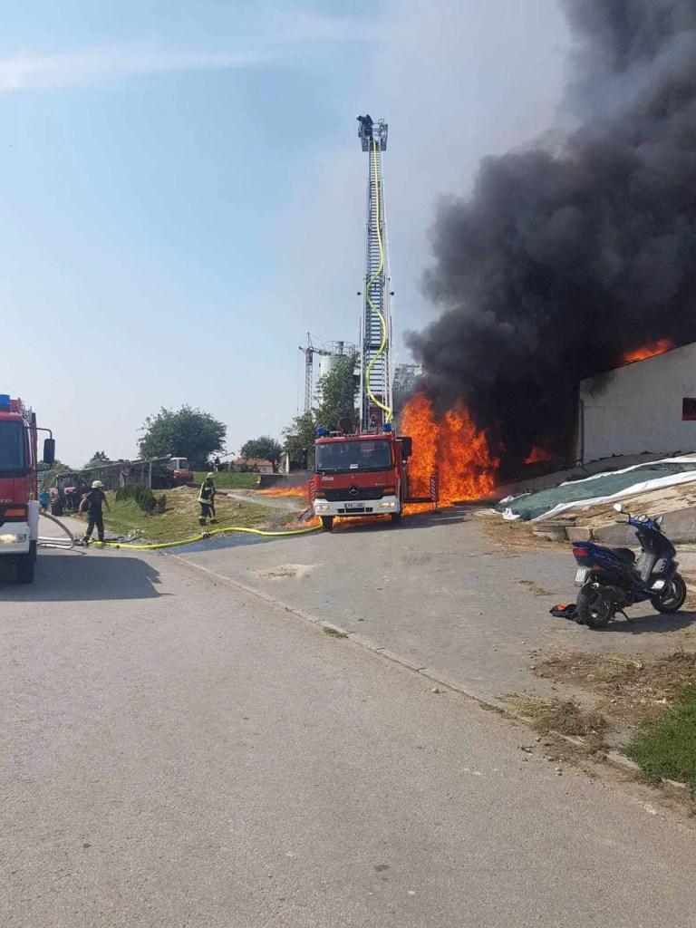 Drehleiter fängt bei Brandbekämpfung selber Feuer