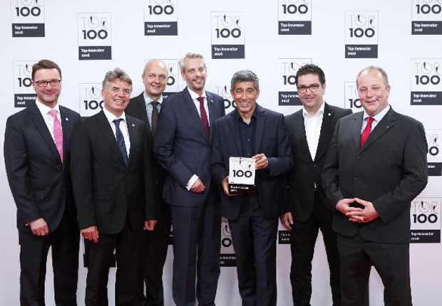 Ranga Yogeshwar übergibt der ESSMANN GROUP die Auszeichnung TOP 100 Innovator 2016: (v. l. n. r.) Ralph Fels (Leitung Produktmanagement), Frank Wienböker (Gesamtleitung Vertrieb), Ralf Schröder (Leitung Strategischer Einkauf), André General (Leitung Personalmanagement), Ralf Dahmer (Vorsitzender der Geschäftsführung) und Stefan Schneider (Leitung Technik) (Foto: compamedia)