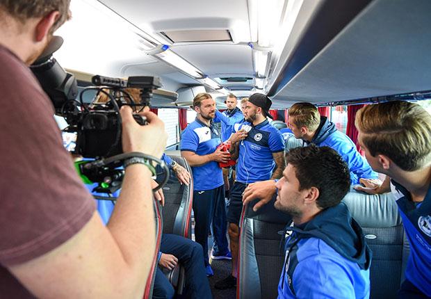Fußballzweitligist Arminia Bielefeld produziert TV-Werbespot Busansprache mit Shampoo-Partner Alpecin im Mannschaftsbus