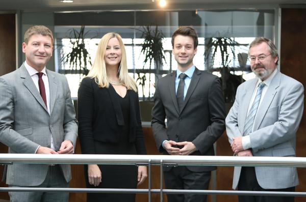 Stefan Prochaska, Julia Peier, Lukas-Sebastian Swoboda und Michael Kutis vom PHH Immobilienteam freuen sich über den neue Auftrag von Raiffeisen evolution.