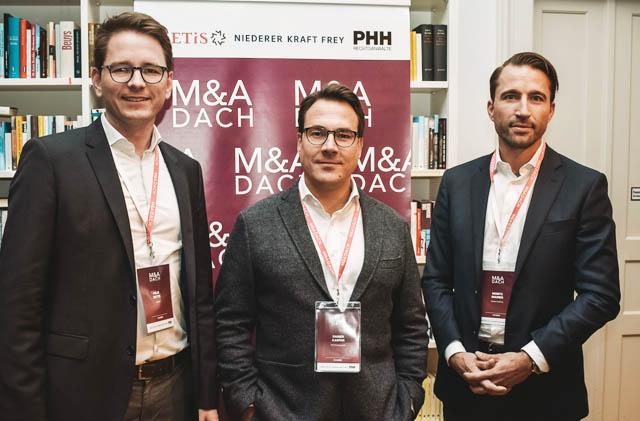 Felix Dette (METIS), Rainer Kaspar (PHH Rechtsanwälte) und Moritz Maurer (Niederer Kraft Frey) bei der 1. M&A DACH Konferenz in München.