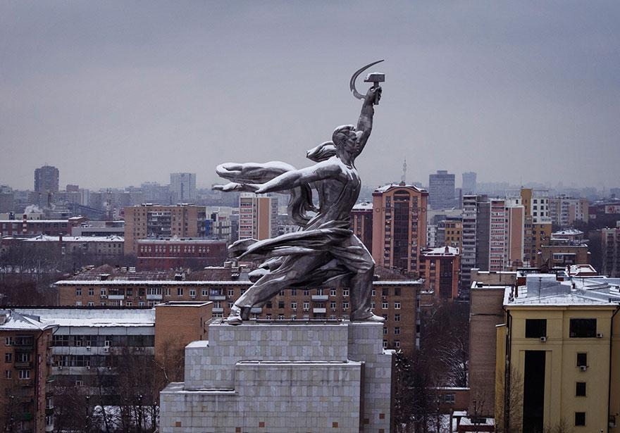L'Ouvrier et la Kolkhozienne à Moscou Photo : Amos Chapple