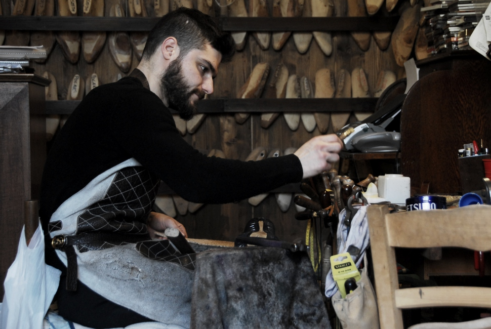 Shoe master Roberto Ugolini and his traditional atelier in Santo Spirito