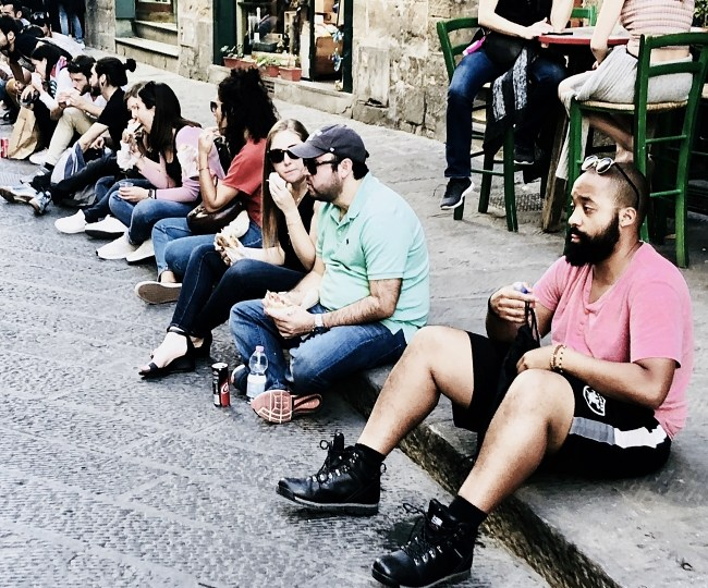 Warning! EUR150-500 fine for eating on the streets of Florence