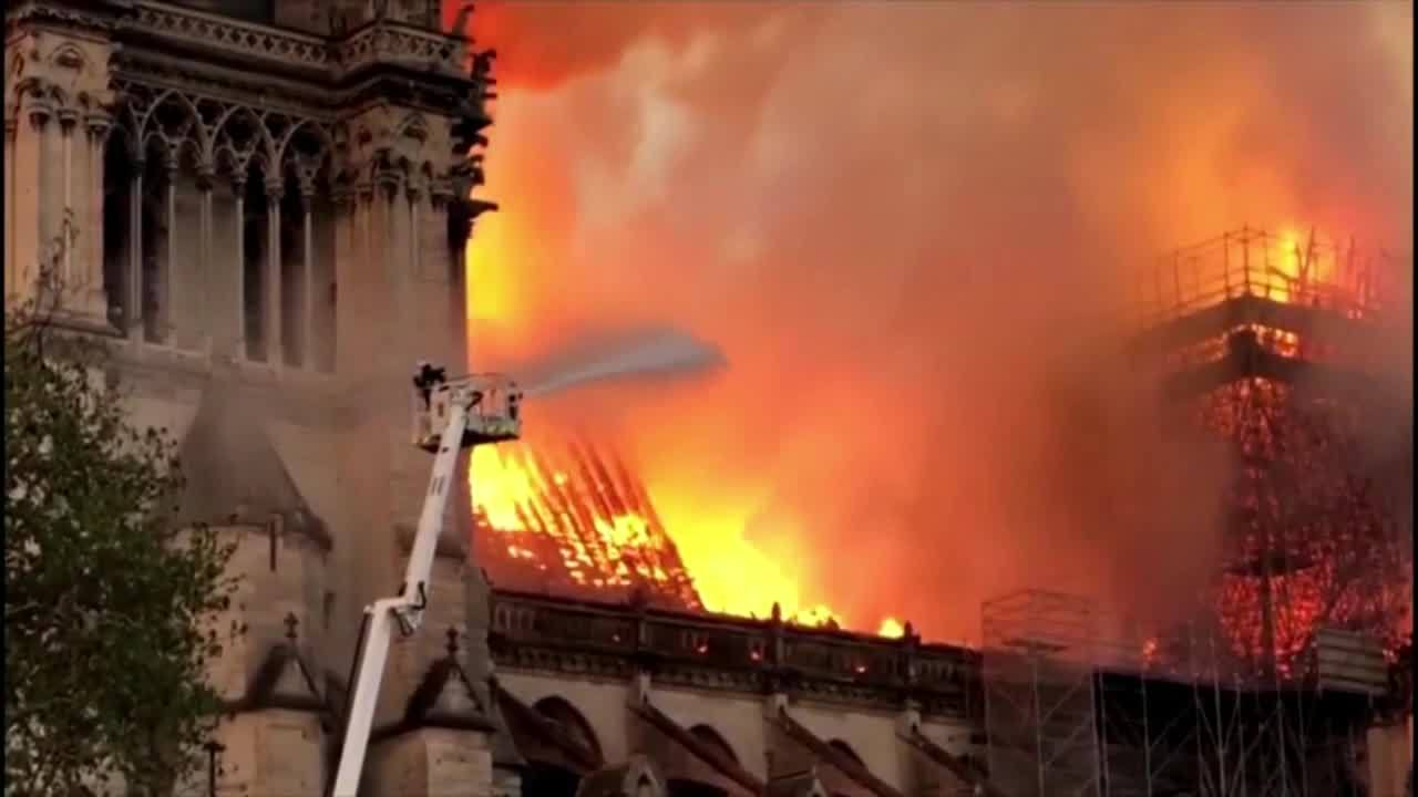 Fire_at_Notre_Dame_Cathedral_5_20190416111623