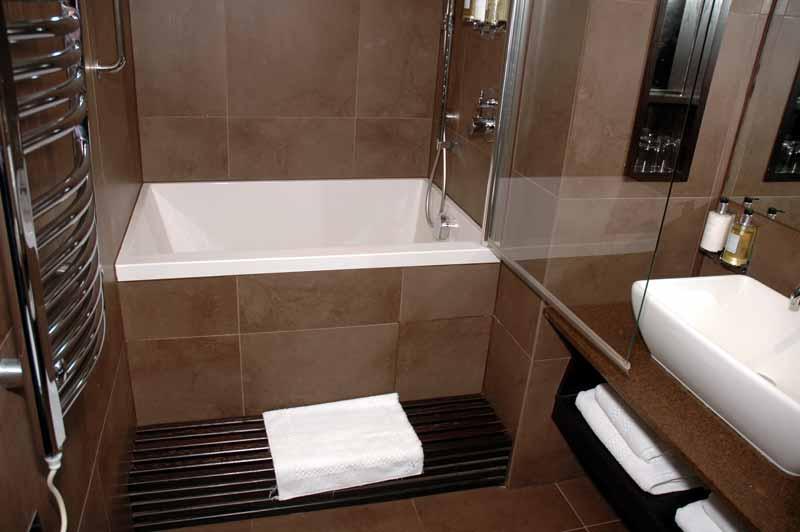 Small-bathroom-design-with-tub