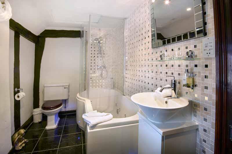 Small-long-bathroom-design-ideas