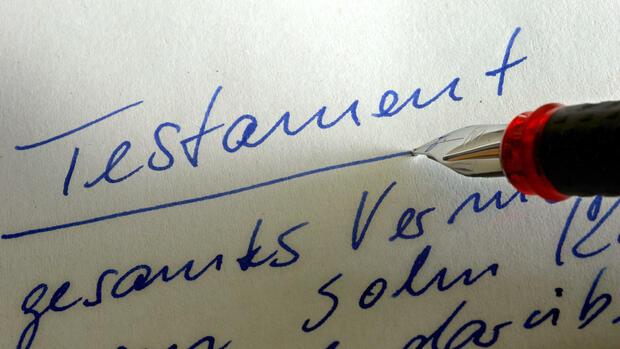 """HandschriftWer sein Testament selber erstellen will, muss das handschriftlich machen. Denn ein maschinell geschriebenes Exemplar ist nicht gültig und wird von den Gerichten nicht anerkannt. Der Verfasser muss anhand der Handschrift identifizierbar sein. Viele machen den Fehler, und benutzen einfach maschinelle Vordrucke aus dem Internet. Alternativ kann einem ein Notar das Testament als Urkunde erstellen. Auch die muss aber handschriftlich unterschrieben werden. Außerdem sollte das Testament mit einer eindeutigen Überschrift versehen werden, damit es nicht verwechselt wird. Die genaue Bezeichnung ist aber frei wählbar, beispielsweise """"Testament"""" oder """"Mein letzter Wille"""". Quelle: dpa"""