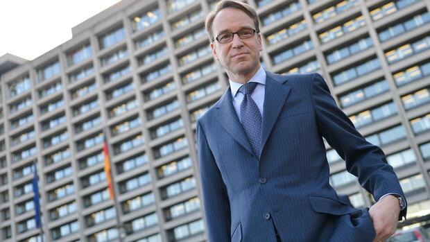 Der Präsident vor der Bundesbank-Zentrale. In ihrem aktuellen Monatsbericht geht die Bundesbank von einem weiter starken Wachstum in Deutschland aus. Quelle: dpa