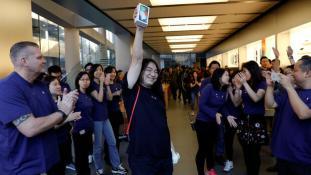 Einer der ersten Käufer des iPhone X in einem Apple Store in Peking Quelle: REUTERS