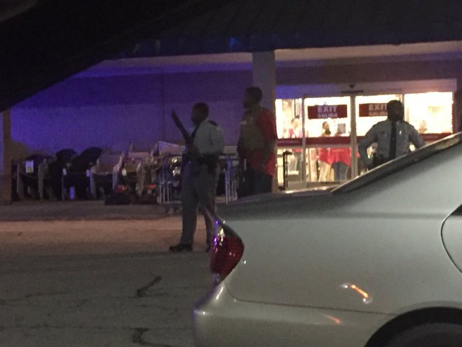 Police searching the Columbiana Mall in Columbia, S.C._121548