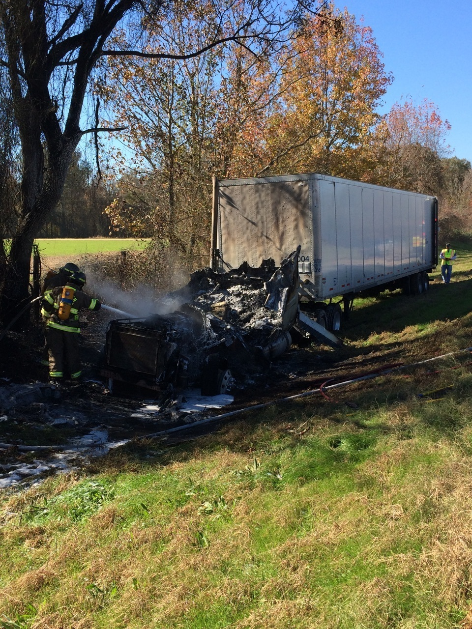 Vaccum tractor-trailer fire_105978