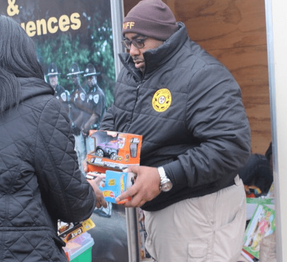 HCSO hands out gifts on Christmas Eve_475523