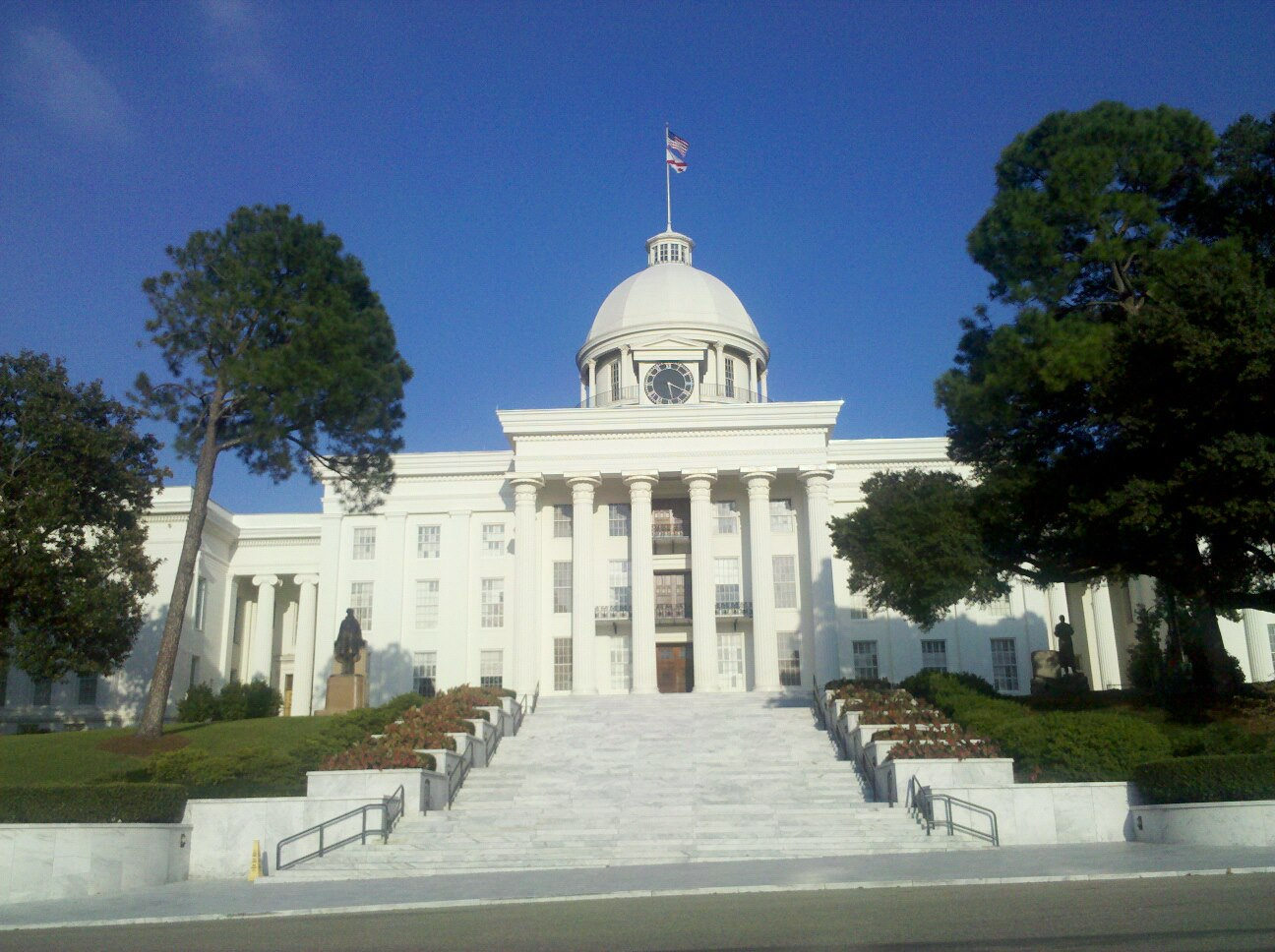 Montgomery_AL_State-Capitol-Day.jpg
