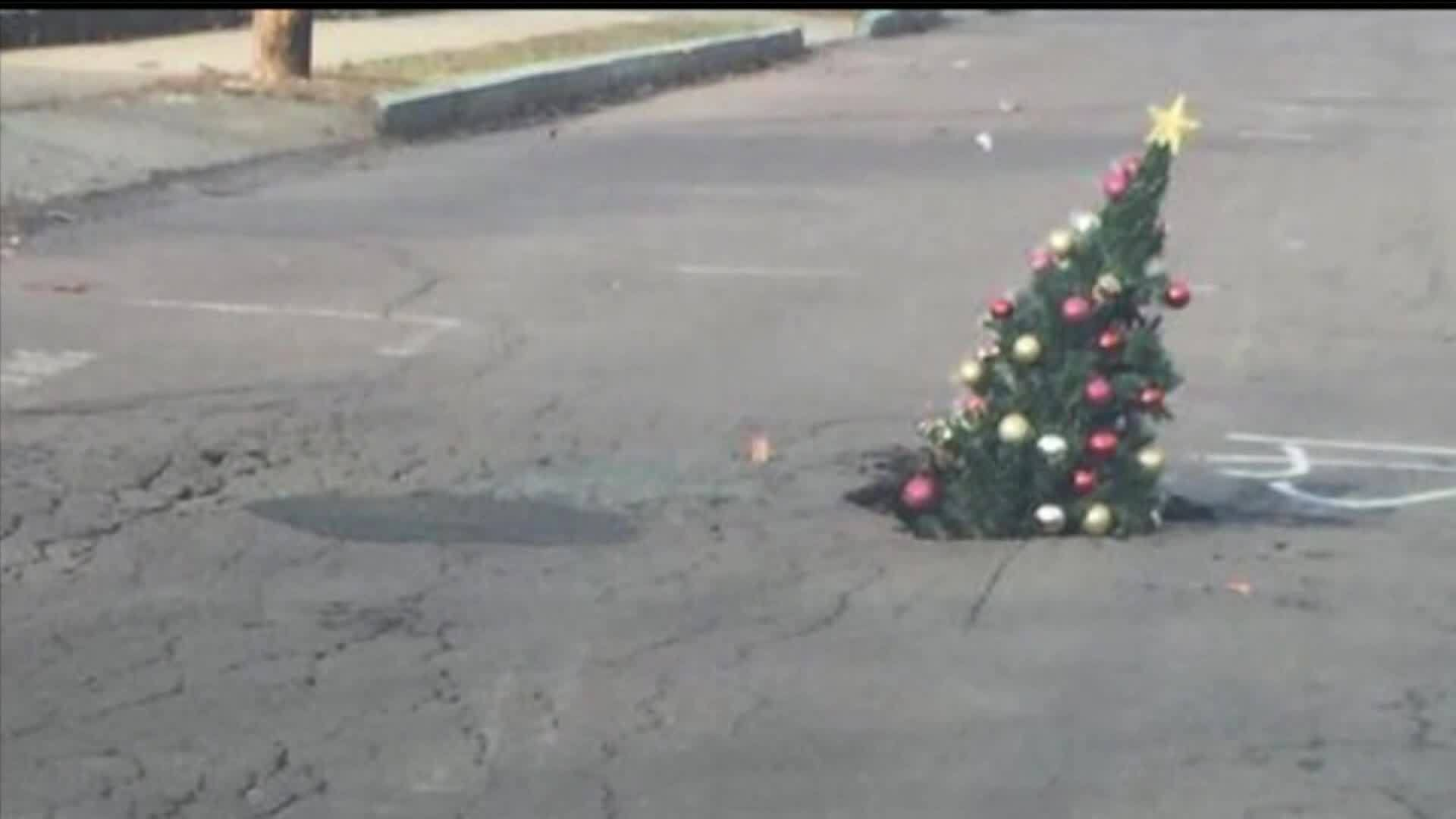 VIDEO: Christmas tree used to warn drivers of hole in street