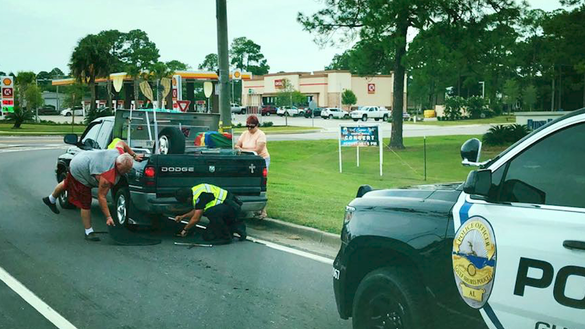 Gulf Shores PD helps driver change tire – WKRG News 5