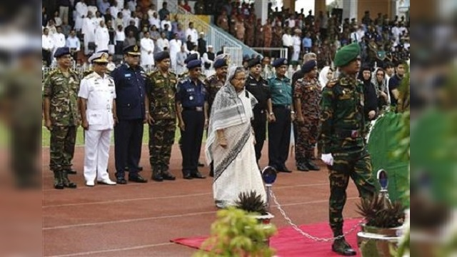 Bangladesh's Prime Minister Sheikh Hasina and other dignitaries maintain a minute's silence._296508