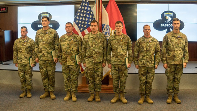 Army honors 6 soldiers who rescued crew in helicopter fire_466181