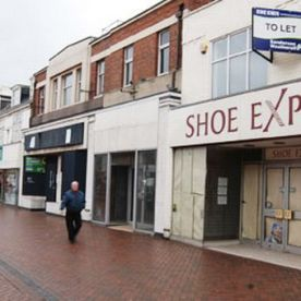 Block_of_four_large_empty_retail_units_in_Redcar_High_Street_972341746