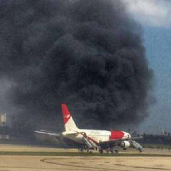 658812-plane-catches-fire-in-fort-lauderdale-c1666_101059