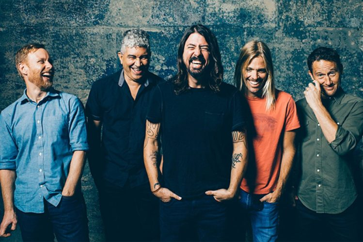 foo-fighters-press-laughing-2015-billboard-650-1200x800_c