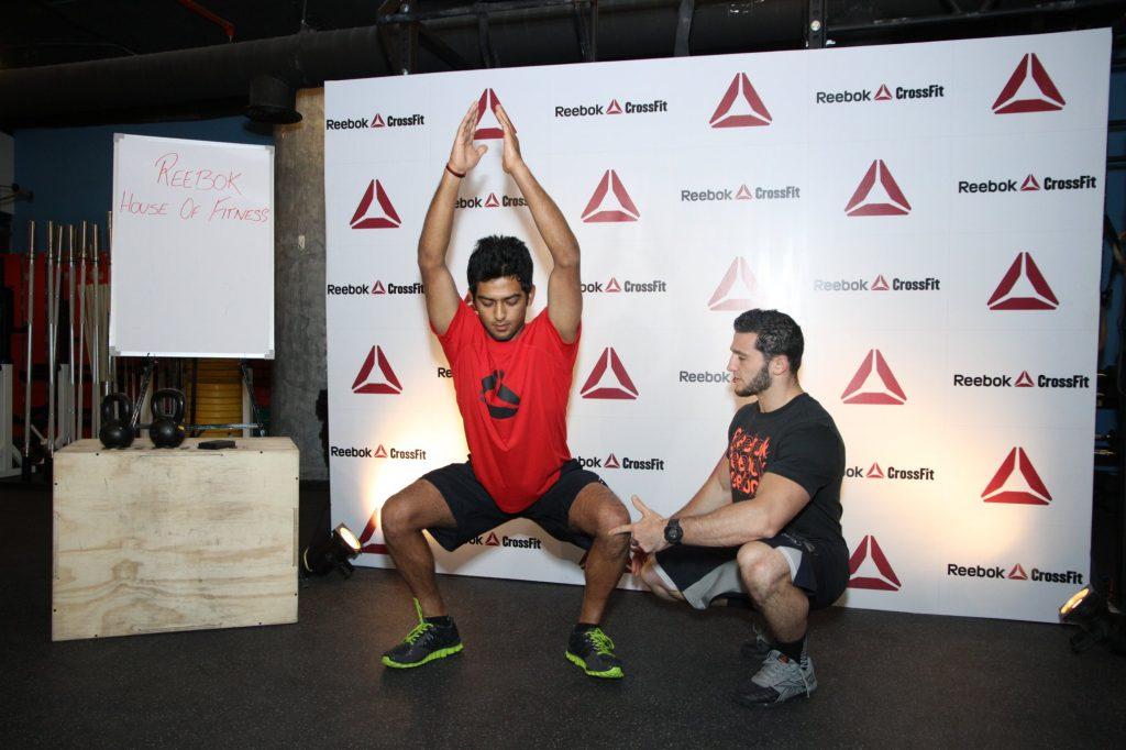 un coach de CrossFit ®* conseille son eleve