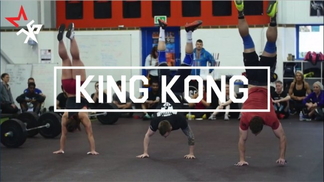 3 crossfitteurs pratiquent le workout King-Kong