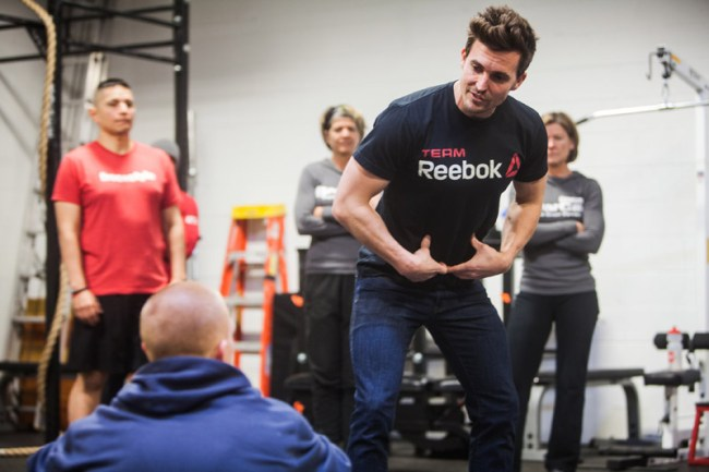 Un coach de crossfit en pleine discussion