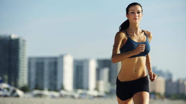 Une crossfitteuse en plein jogging