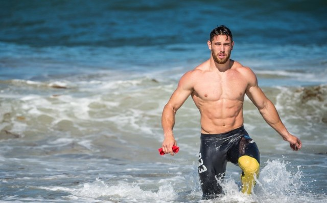 Kenneth Leverich prend un bain de mer