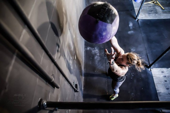 une-crossfitteuse-realise-un-wall-ball