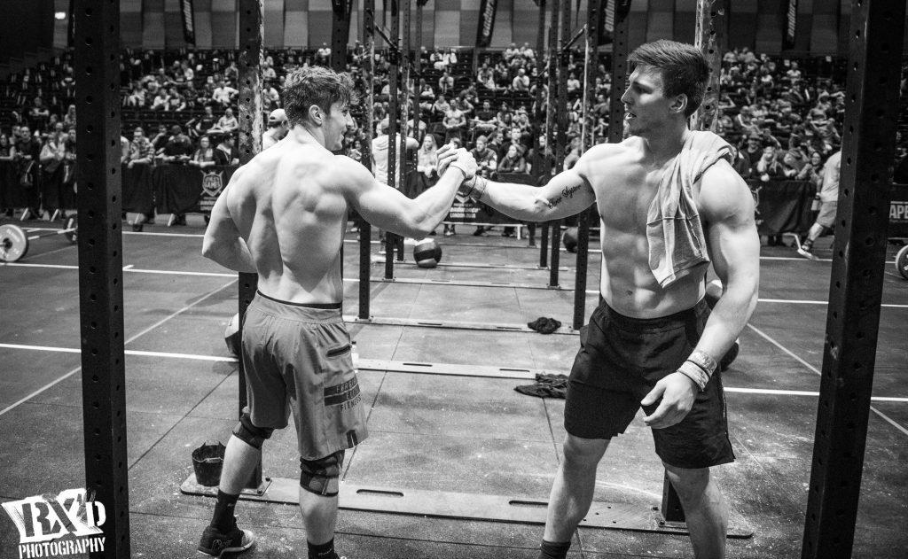 2-crossfitteurs-s'encouragent-lors-d'une-competition