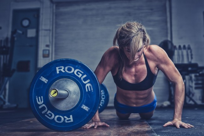 une-crossfitteuse-realise-un-wod-difficile