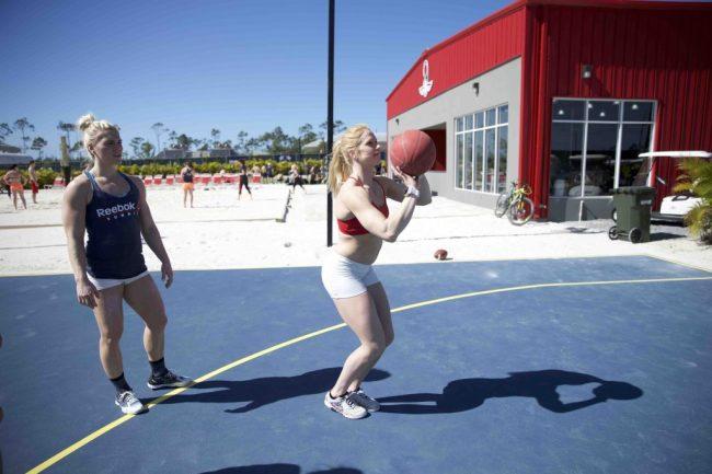 Annie-Thorisdottir-en-plein-match-de-basket