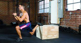 atleta esegue un bulgarian split squat in un box crossfit