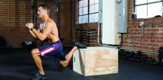 atleta esegue un bulgarian split squat in un box crossfit
