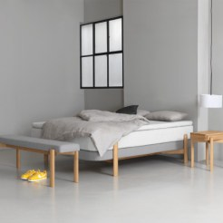 Das Bett KOSI mit Nachtkasten und Bank von ZEITRAUM, designt von Moritz von Schmeling. © ZEITRAUM