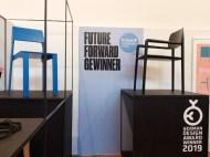 """Future Forward""""-Gewinner Kevin Gerstmeier zeigt mit seinen Kreationen auf. © WOHNDESIGNERS"""