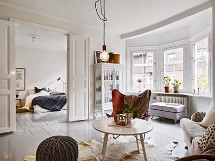 Wohnzimmer mit Mischung aus skandinavischen Vintage und