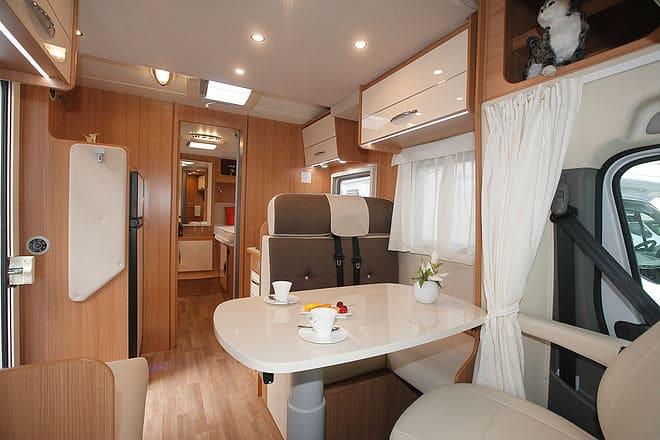 wohnmobil mieten mit hund reisemobil mit tier bei. Black Bedroom Furniture Sets. Home Design Ideas