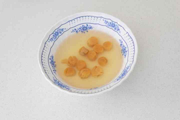 Scallops soaking in a bowl of water