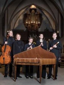 Fünf Musiker hinter Cembalo und vor der Orgel von St. Sebastian in Amelsbüren. Foto: A. Hasenkamp, Fotograf in Münster.
