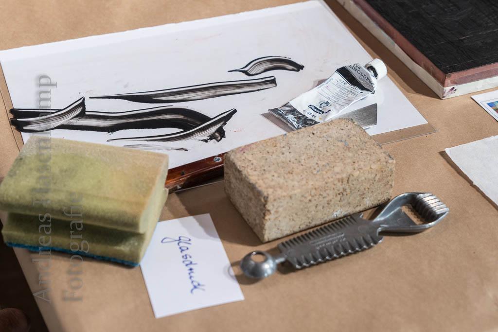 Wilhelm Vaut zeigte und erläuterte an einem Tisch Utensilien des Glasdrucks, des Siebdrucks und des Tiefdrucks. Foto: anh.