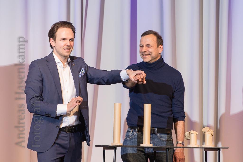 """In welcher Röhre steckt der spitze Dolch: Norman Alexander (l.) """"las"""" in den Körperreaktionen des Gastes die richtige Lösung. Foto: A. Hasenkamp, Münster."""