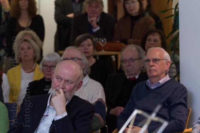 Carl Wilhelm Macke und, im Hintergrund, die Mutter von Anja Niedringhaus bei der Vernissage Geliebtes Afghanistan. Foto: A. Hasenkamp, Fotograf in Münster.