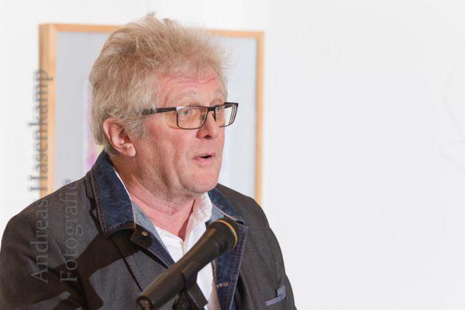 Brachte kritische Bemerkungen aus aktuellem Anlass: Rolf Schönlau vor der Lesung von Randi Crott im Achatius-Haus in Münster-Wolbeck.