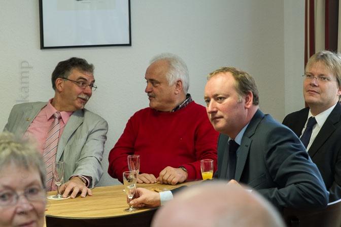 Viele Vereinsvertreter kamen zur offiziellen Eröffnung des neuen AWO-Treffs in der Neustraße, auch Klaus Kramer (v.r.) und Torsten Laumann von der KG ZIBoMo. Foto: A. Hasenkamp, Fotograf in Münster.